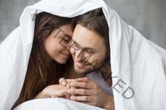 pasangan berbisik di katil malam pertama